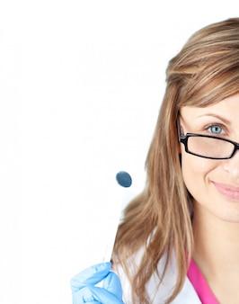 Zekere vrouwelijke kosmetische chirurg die een speculum houdt