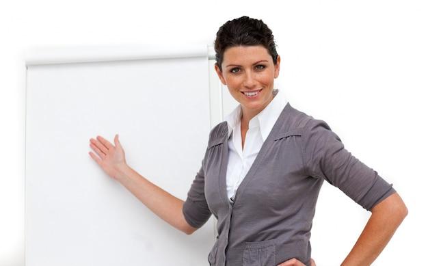 Zekere vrouwelijke stafmedewerker die op een raad richt