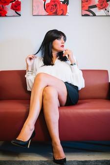 Zekere vrouwenzitting op laag in bureau