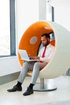 Zekere zakenman die aan computer werkt