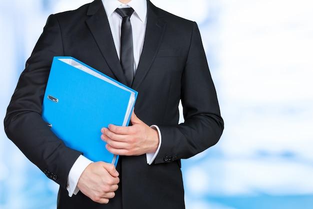 Zekere zakenman die een documentomslag houdt