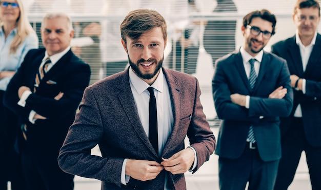 Zekere zakenman die zich voor een professioneel commercieel team bevindt. het concept van succesvol werk