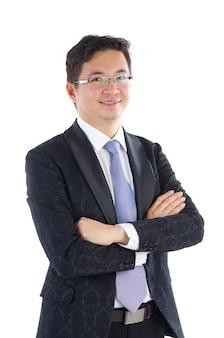 Zekere zuidoost-aziatische zakenman gekruiste wapens over witte achtergrond