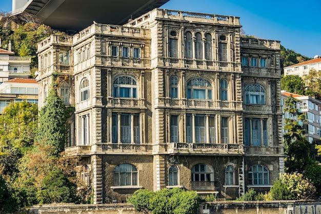 Zeki pasa yalisi gebouw in istanbul, turkije. het is een 19e-eeuws barok gebouw gemaakt door de franse architect alexandre vallaury voor musir zeki pasha.