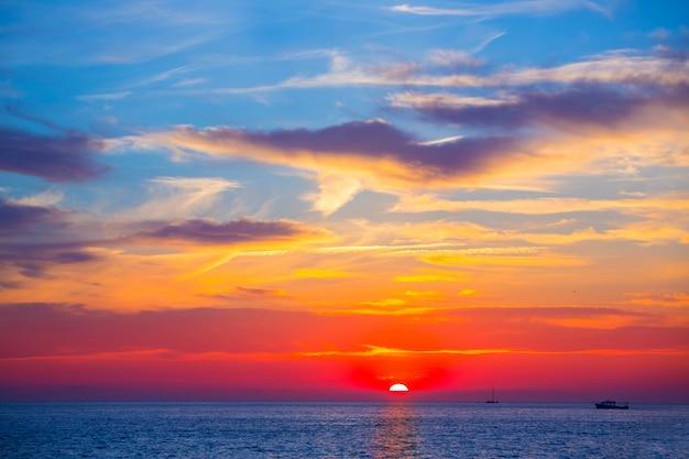 Zeldzame de zonsondergang rode hemelwolken van ibiza san antonio