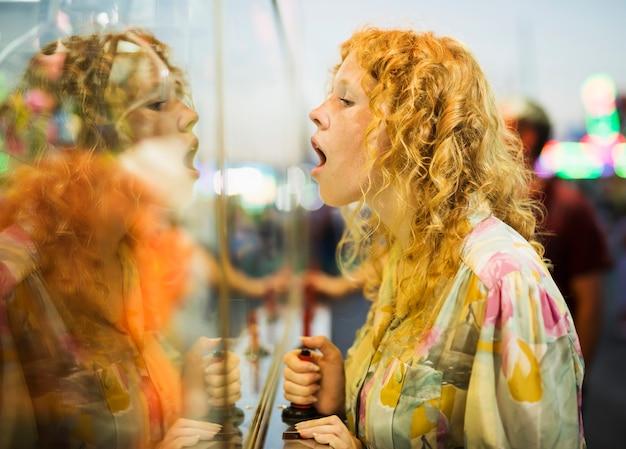 Zelf spiegelend mooi vrouwenportret