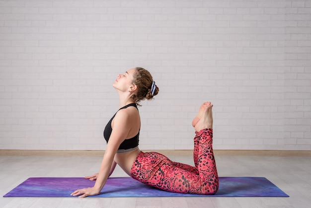 Zelf yoga workout thuis. de jonge mooie yoga van meisjespraktijken thuis.