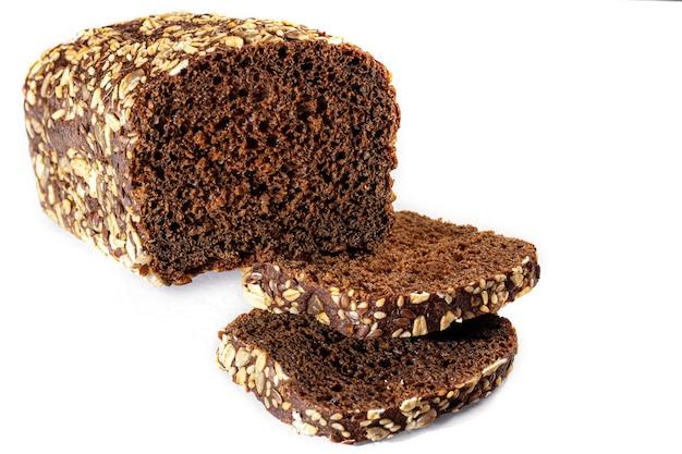 Zelfgebakken brood. glutenvrije granen met zaden en sesamzaadjes. donkere achtergrond. kopieer ruimte.