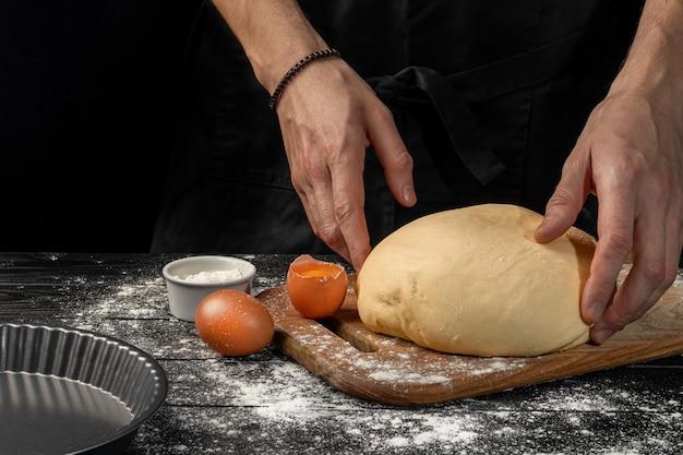 Zelfgebakken brood maken. stapsgewijze instructies. de kok vormt het deeg