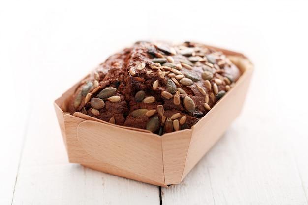 Zelfgebakken brood met korrels in een doos