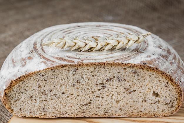 Zelfgebakken brood op rogge zuurdesem.