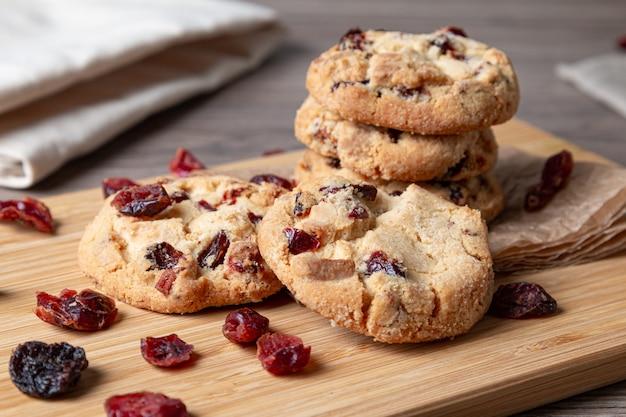 Zelfgebakken koekjes met chocolade en veenbessen