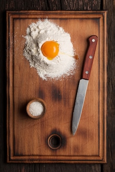 Zelfgemaakt bakken. deeg maken om te bakken. eieren, bloem