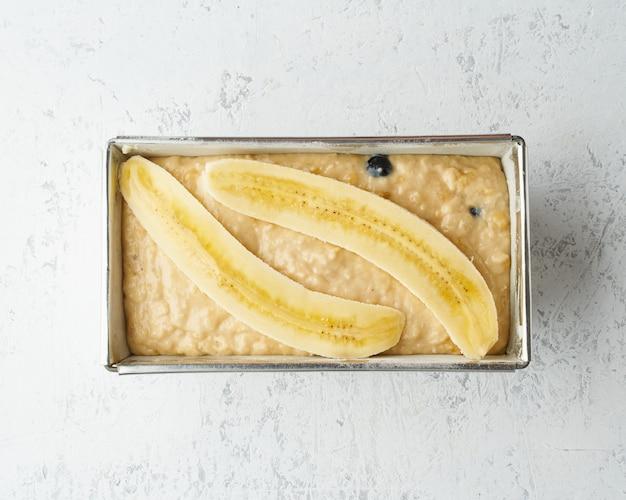 Zelfgemaakt bananenbrood. deeg voor cake in panbrood. stap voor stap recept. stap 11.