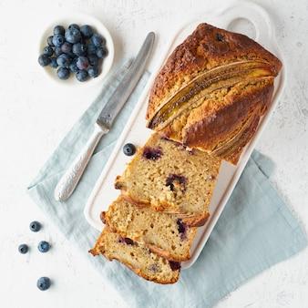 Zelfgemaakt bananenbrood. gebakken cake. bovenaanzicht, witte tafel.