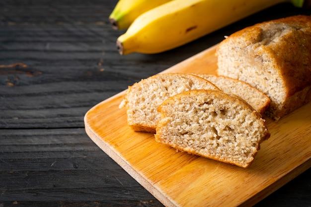Zelfgemaakt bananenbrood of bananencake in plakjes