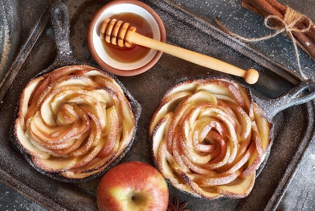 Zelfgemaakt bladerdeeg met roosvormige appelschijfjes gebakken in ijzeren koekenpan