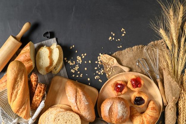 Zelfgemaakt brood of broodje, croissant en bakkerij
