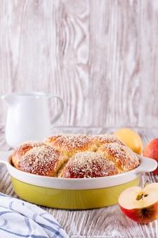 Zelfgemaakt broodje met kruimel en jam op een witte houten achtergrond. broodje met kruimel. broodje bestrooid met kruimels.
