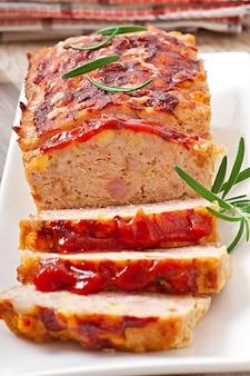 Zelfgemaakt gehaktbrood met ketchup en rozemarijn