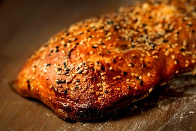 Zelfgemaakt glutenvrij brood met zaden en kruiden op een houten tafel thuis bakken tijdens quarantaine