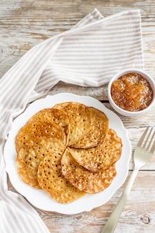 Zelfgemaakt glutenvrij pannenkoekenontbijt voor de maslenitsa-vakantie