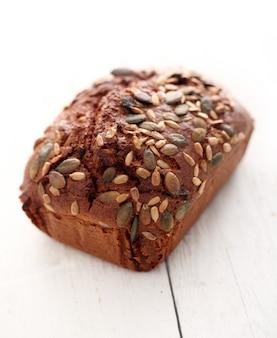 Zelfgemaakt knapperig brood met korrels