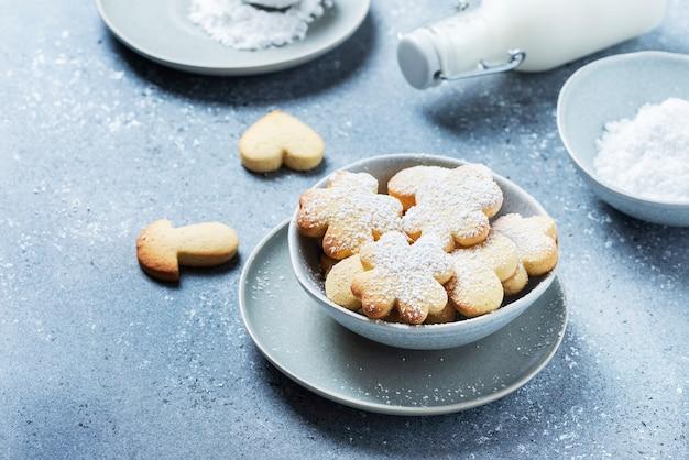 Zelfgemaakt koekje met poedersuiker