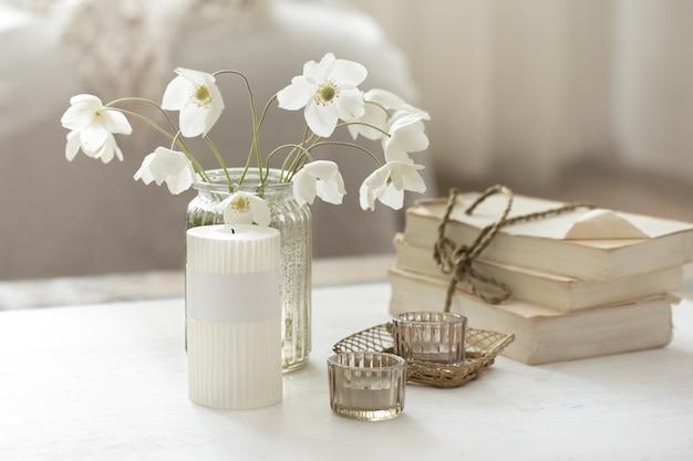 Zelfgemaakt lentestilleven met bloemen in een vaas en decoratieve elementen