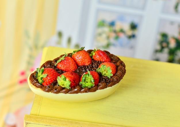 Zelfgemaakt paasei gevuld met chocolade en aardbei.