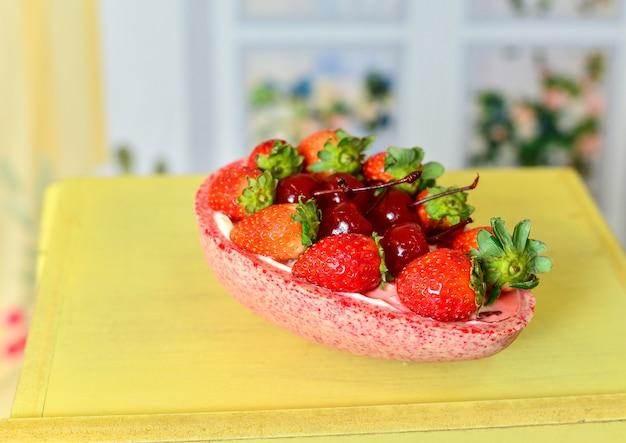 Zelfgemaakt paasei gevuld met kersen en aardbeien.