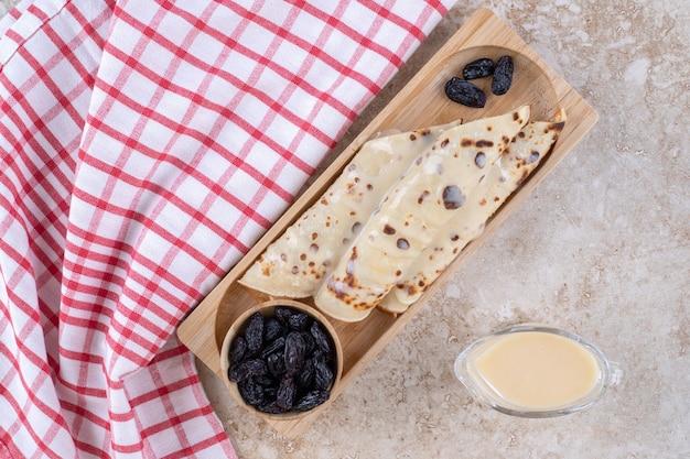 Zelfgemaakt pannenkoekenbroodje met rozijnen en gecondenseerde melk