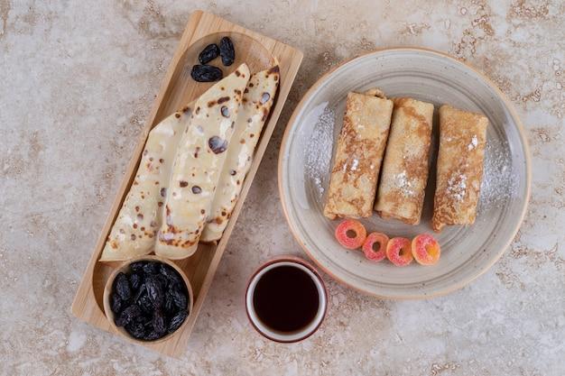 Zelfgemaakt pannenkoekenbroodje met rozijnen en suikerpoeder