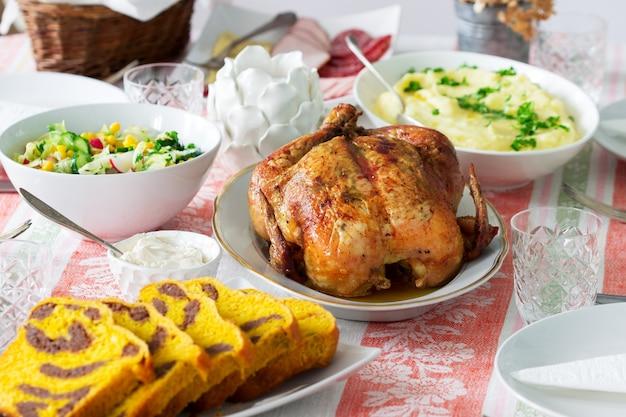 Zelfgemaakt vakantiediner met gebakken kip, aardappelpuree, salade, snacks en dessert.