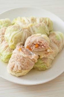 Zelfgemaakt varkensgehakt verpakt in chinese kool of gestoomde kool stuff varkensgehakt