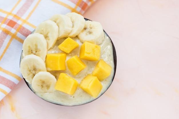 Zelfgemaakt veganistisch ijs met banaan en mango.