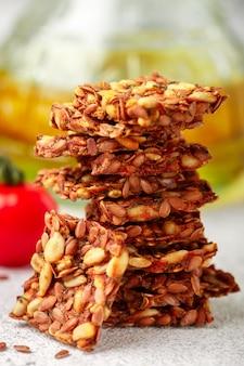 Zelfgemaakt vegetarisch (veganistisch) crackerlijnzaad en zonnebloem met tomaat, gezonde gastronomische snack