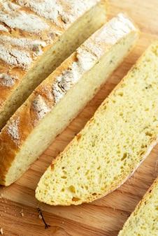 Zelfgemaakt vers brood, gesneden aardappel dill sanwich brood