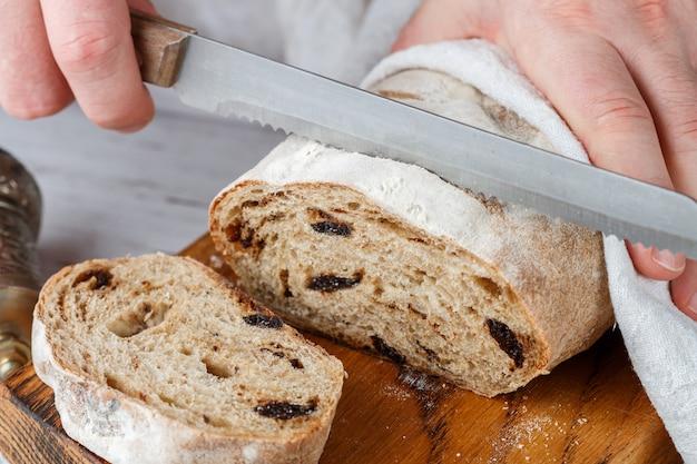 Zelfgemaakt vers gebakken volkorenbrood met gedroogde pruimen