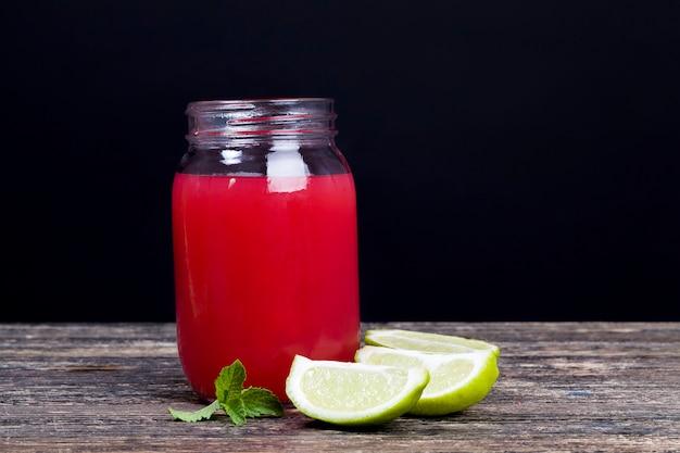 Zelfgemaakt watermeloensap gemaakt in de zomer