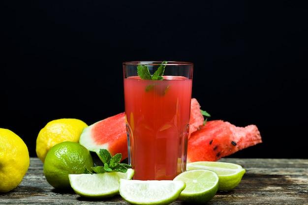 Zelfgemaakt watermeloensap gemaakt in het zomer- of herfstseizoen van rijpe rode en sappige watermeloenen, rood sap zonder toegevoegde suiker, een natuurlijk gezond en dieetproduct
