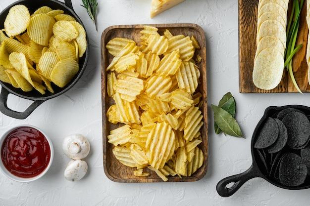 Zelfgemaakte aardappelchips met kaas en ui met dipsauzen