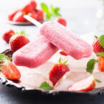 Zelfgemaakte aardbei ijslollys