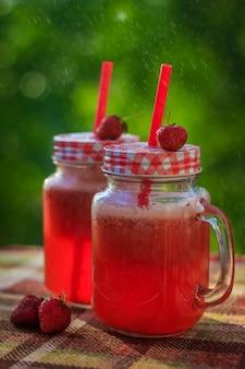Zelfgemaakte aardbeienlimonade in glazen