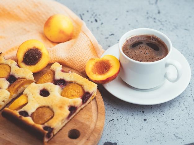 Zelfgemaakte abrikozentaart en een kopje espresso. ontbijt