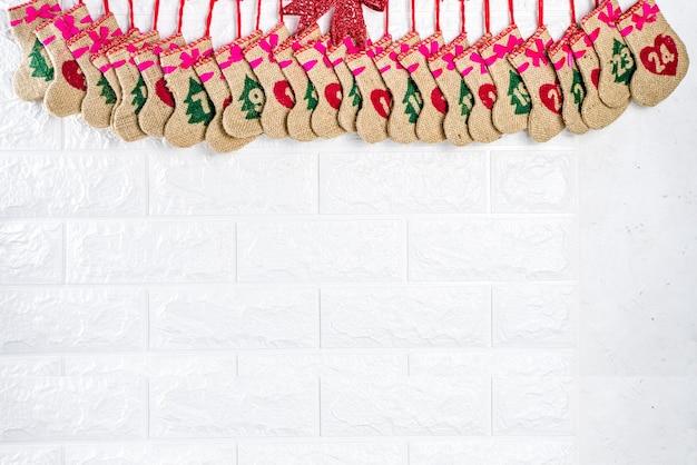 Zelfgemaakte adventskalender op witte muur