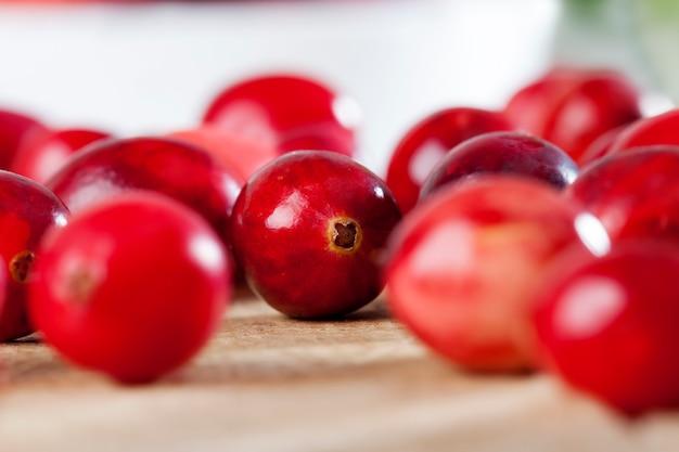 Zelfgemaakte amerikaanse veenbessen geteeld in een industriële tuin rode hele zure gezonde amerikaanse veenbessen rode rijpe hele bessen amerikaanse veenbessen op tafel