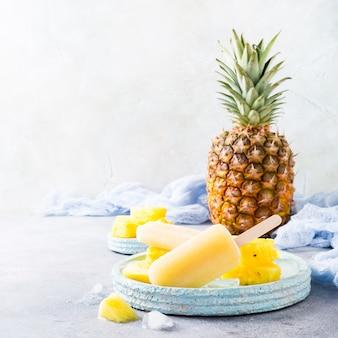 Zelfgemaakte ananas ijslollys