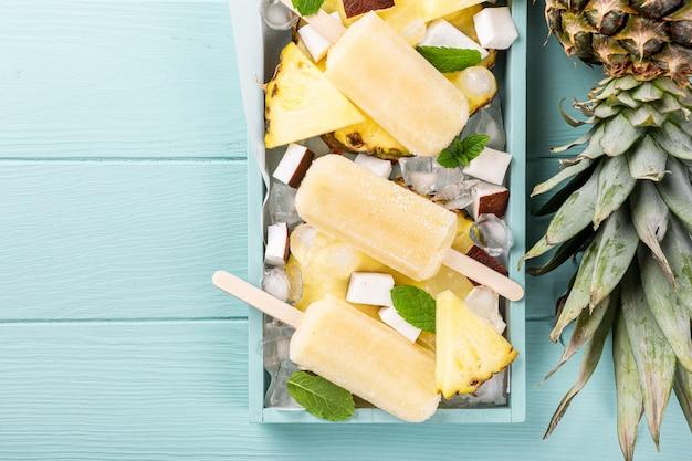 Zelfgemaakte ananas kokosnoot ijslollys
