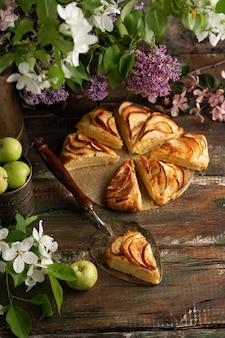 Zelfgemaakte appel kaneel scones met lila bloemen en appel bloeiende takken